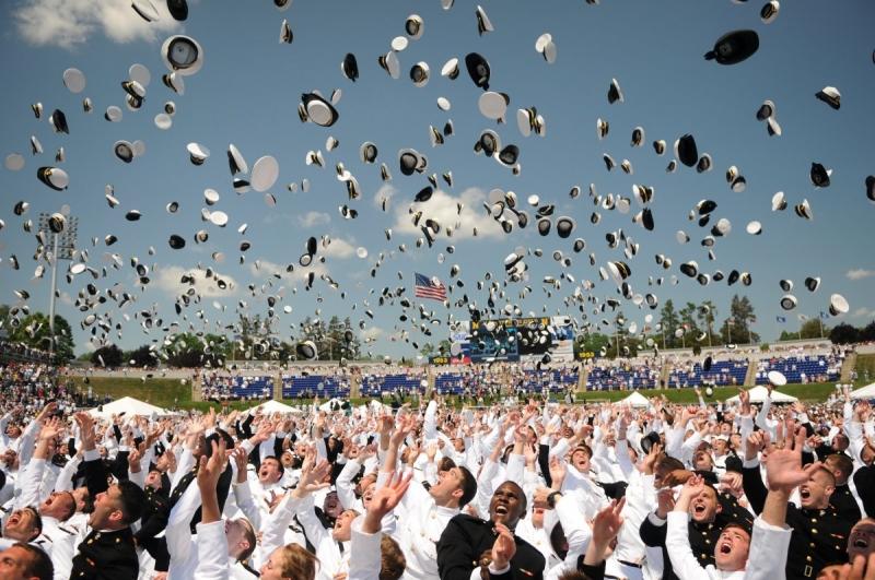 Chiếc nón hải quân tung cao trên bầu trời nước Mỹ
