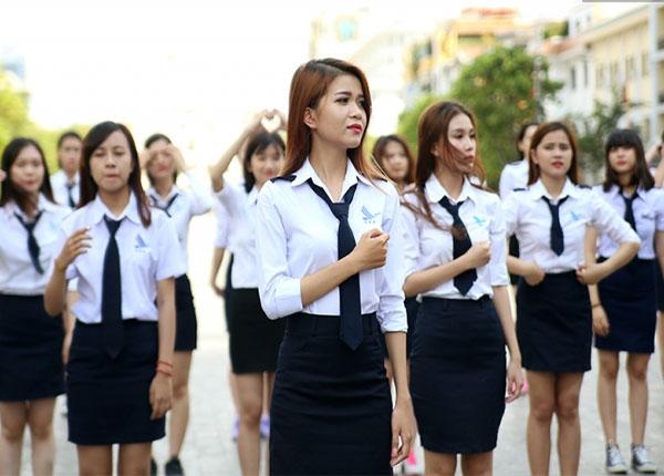 Sinh viên Hàng không trong bộ đồng phục của trường