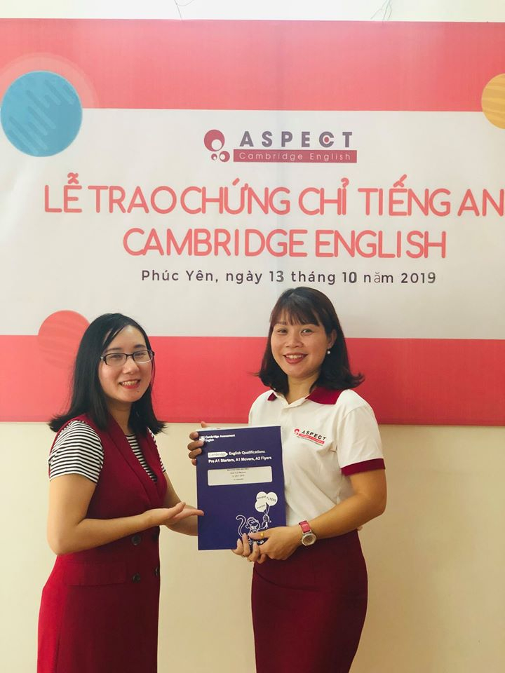 Học viện ngôn ngữ Cambridge trao chứng chỉ cho học viên.