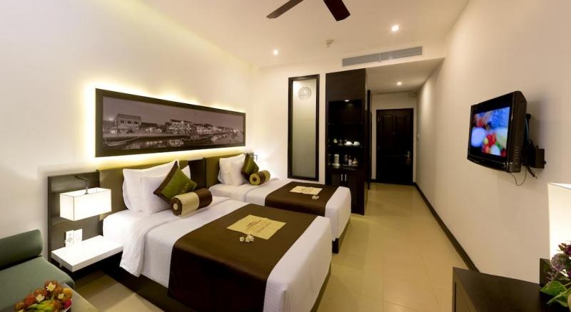 Khách sạn bao gồm 150 phòng, đạt chuẩn quốc tế, trong phòng được lắp đặt những thiết bị hiện đại nhất