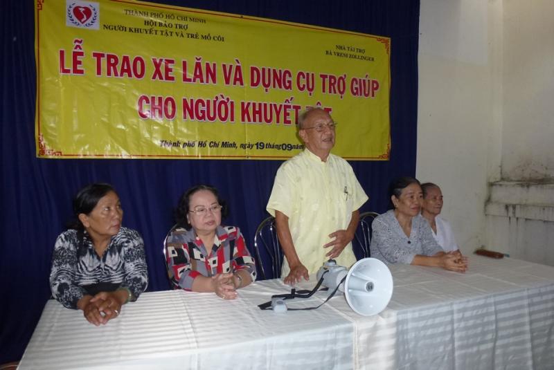 Một chương trình tặng xe lăn của Hội Bảo trợ người khuyết tật và trẻ mồ côi TP. Hồ Chí Minh