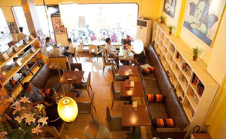 Ciao Cafe Sách giống như một thư viện mở với hơn 800 đầu sách