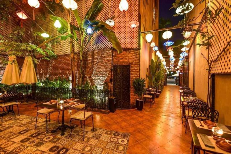 Dưới ánh đèn vàng ấm cúng cùng những giai điệu du dương vang lên khắp không gian cho bạn một trải nghiệm không thể nào quên tại Home Hanoi Restaurant