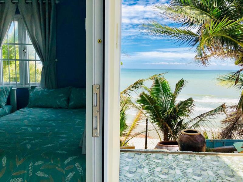 Căn phòng có view nhìn ra biển.