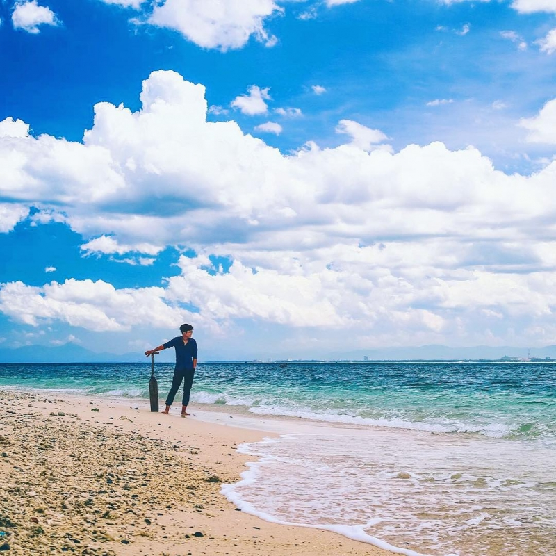 Bãi cát trắng phau kéo dài dọc bờ biển