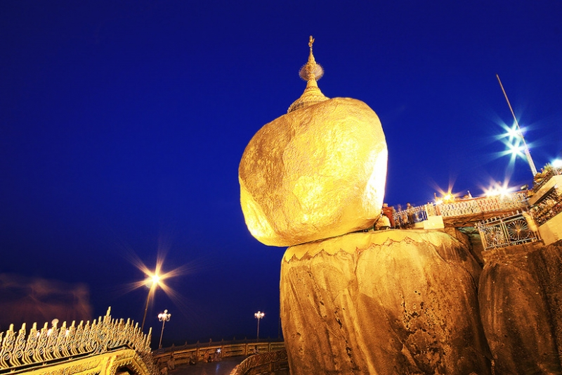 Hòn đá vàng Golden Rock chênh vênh rực rỡ trong ánh điện