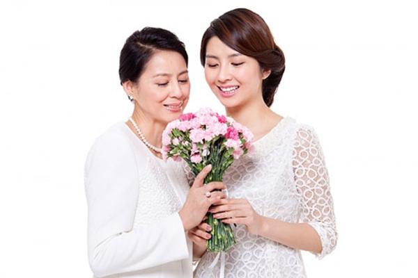 Bó hoa tặng Mẹ, niềm vui của con