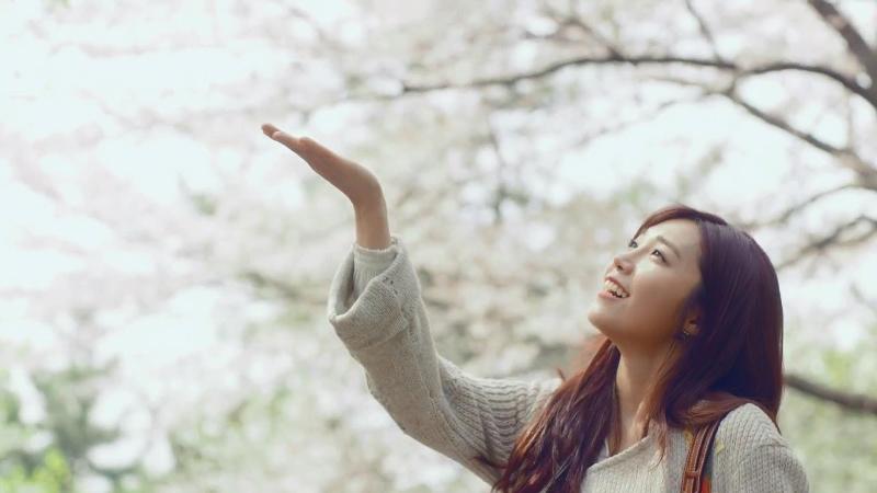Cả MV bao trùm bởi vẻ đẹp dịu dàng của Eunji với hoa anh đào tháng tư ở thành phố biển Busan