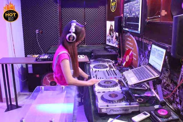 Học viên thực hành mix nhạc với trang thiết bị tại trung tâm