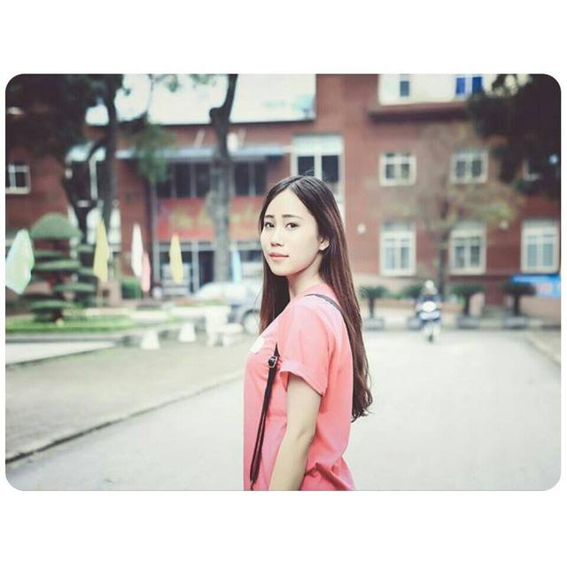 Khánh Linh tại sân trường Học viện Báo chí