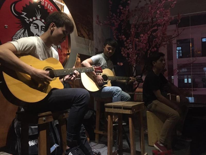Giao lưu âm nhạc Acoustic tại quán.