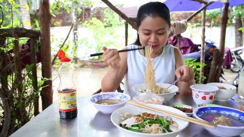 Phần nước dùng ngọt thơm, hủ tiếu và thức ăn vừa khẩu vị giúp hủ tiếu Dì Tư thu hút được rất nhiều khách hàng