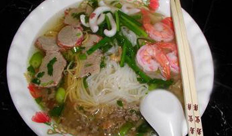 Món này dùng kèm với tô nước lèo có hành phi và thịt bằm béo ngậy cực kì thích hợp với những ngày nắng nóng