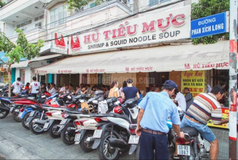 Quán nằm trên đường Phan Xích Long.