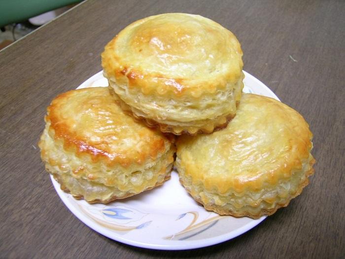Bánh Pateso ăn kèm hủ tiếu
