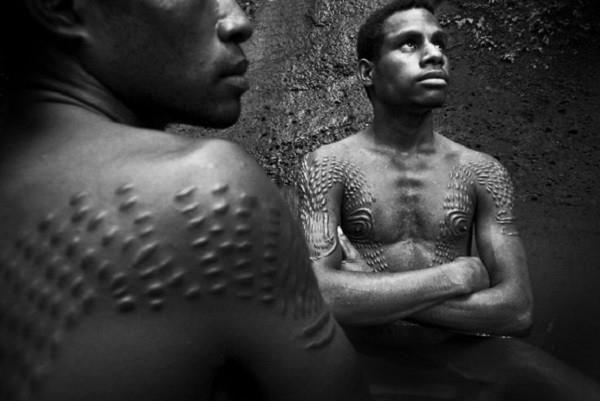 Hủ tục nghi lễ trưởng thành ở Papua New Guinea