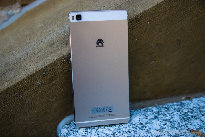 Nhìn trực diện ta cũng có thể thấy được độ mỏng của Huawei P8