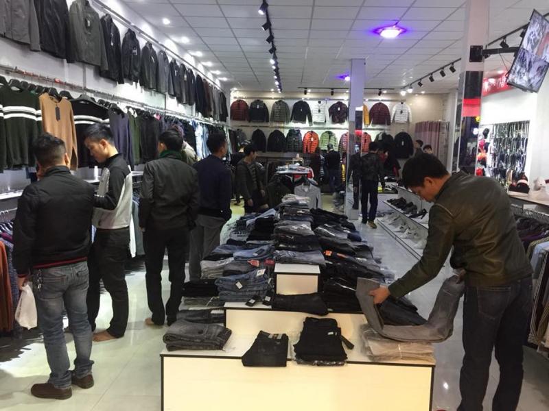 Không những bán giày shop còn lấn sân sang nhiều mặt hàng khác như quần, áo, túi xách. Không gian thoáng mát, rộng rãi, bạn sẽ thấy thoải mái khi đến lựa đồ và thử đồ