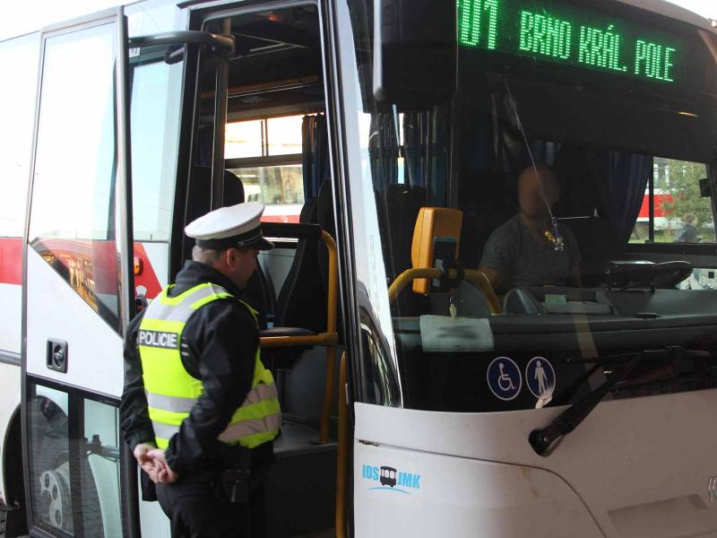 Cảnh sát kiểm tra nồng độ cồn với tài xế lái xe công cộng tại Hungary
