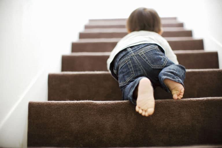Nên di chuyển bằng cầu  thang bộ khi có sự cố cháy nổ.