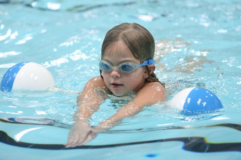 Hướng dẫn con học bơi đúng trình tự