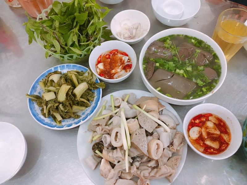 Quán Hướng Đạo có món ăn đầy đặn, thơm ngon nhưng mức giá lại khá bình dân nên rất đông khách.