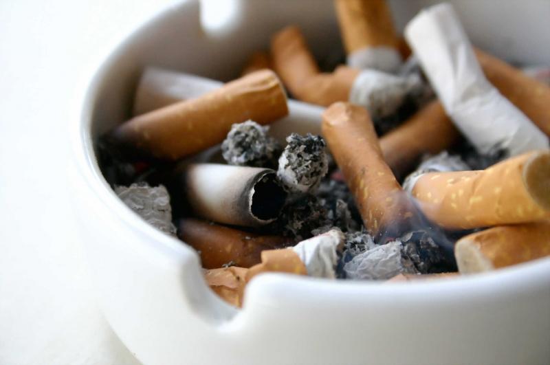 Thuốc lá là nguyên nhân làm cho răng bạn bị ố vàng và mắc các bệnh nguy hiểm.
