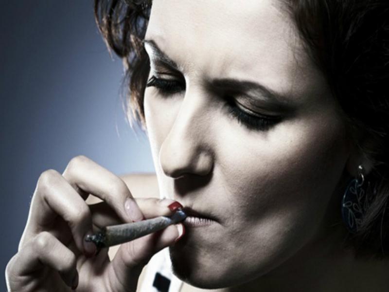 Hút thuốc lá, uống rượu bia khiến da bị khô và dễ bị nám