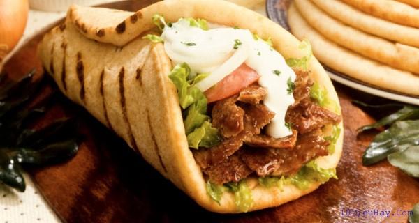 Gyro chính là bánh mì kẹp theo kiểu truyền thống của Hy Lạp.
