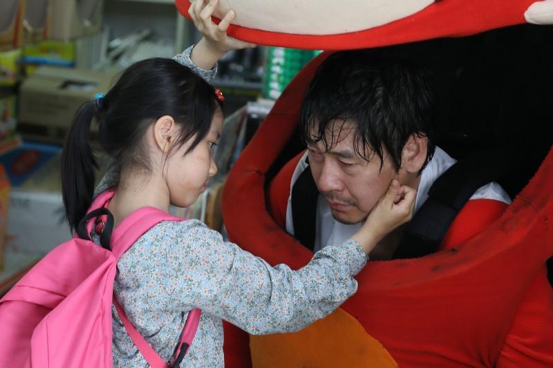 Phân cảnh xúc động khi cô bé phát hiện ra bố chính là chú gấu luôn bên cô