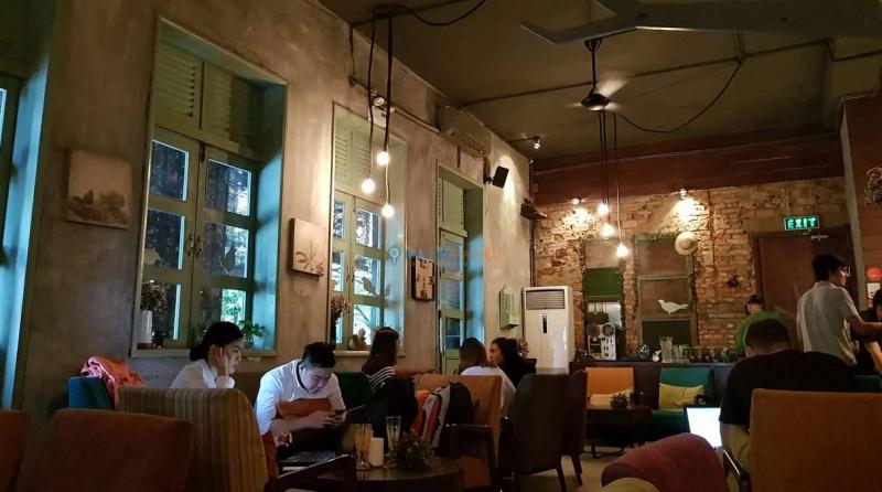 ID Cafe sẽ khiến bạn ngạc nhiên với khả năng sáng tạo, những chiếc bàn được tạo thành từ một miếng gỗ sần sùi kết đôi với những chiếc ghế sofa theo xu hướng color bock