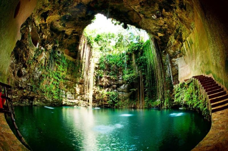 Nó là hố tự nhiên nổi tiếng phía ngoài thành phố Tinum, Yucatan, Mexico
