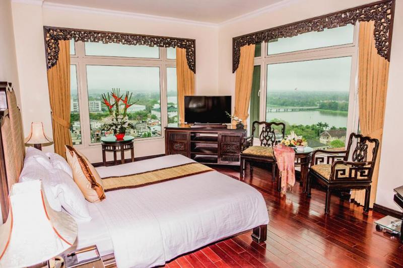 Ở khách sạn có rất nhiều loại phòng cho du khách lựa chọn và phòng nào cũng có tầm nhìn hướng ra dòng sông Hương thơ mộng và núi Ngự Bình.