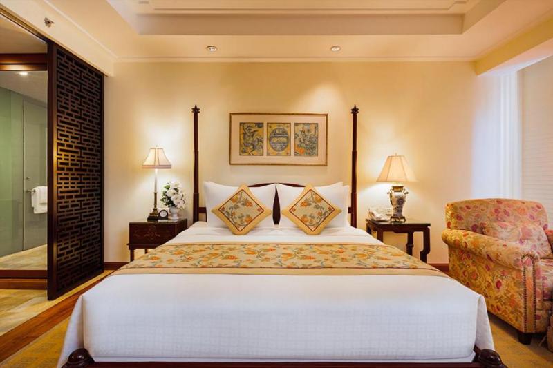 Khách sạn gồm 222 phòng khách sạn được trang bị các tiện nghi như internet, máy lạnh, phòng tắm sang trọng với bồn tắm riêng, vòi hoa sen cùng các vật dụng cá nhân đã được chuẩn bị sẵn,...