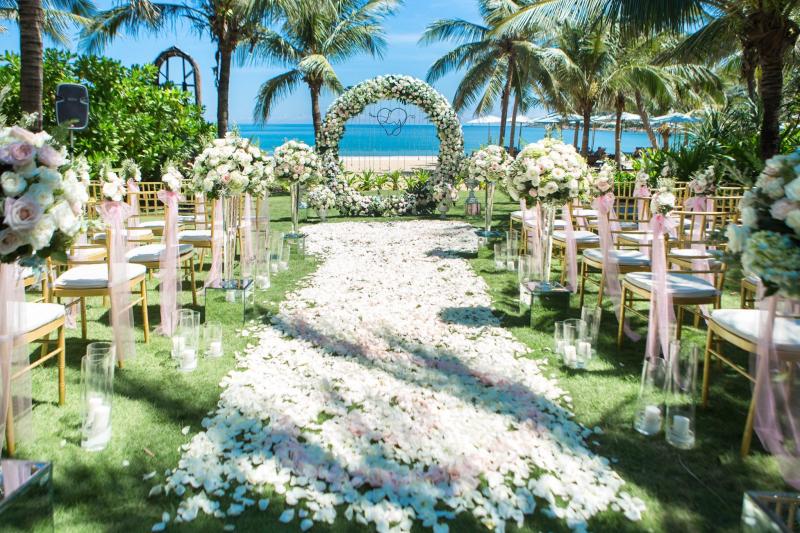 Đám cưới trên thảm cỏ hướng mặt ra biển tại InterContinental® Danang Sun Peninsula Resort