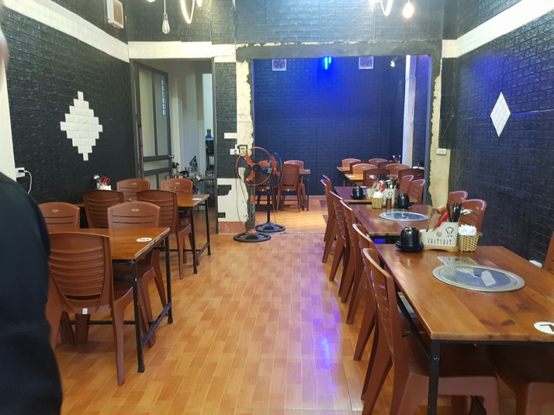 Nội thất trong nhà hàng chủ yếu gam trầm