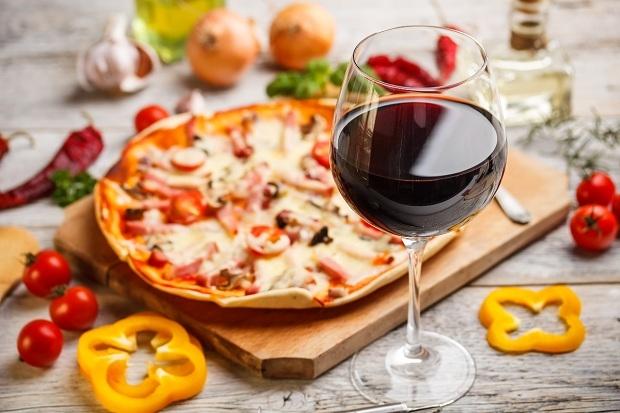 Pizza margarita và rượu vang Ý
