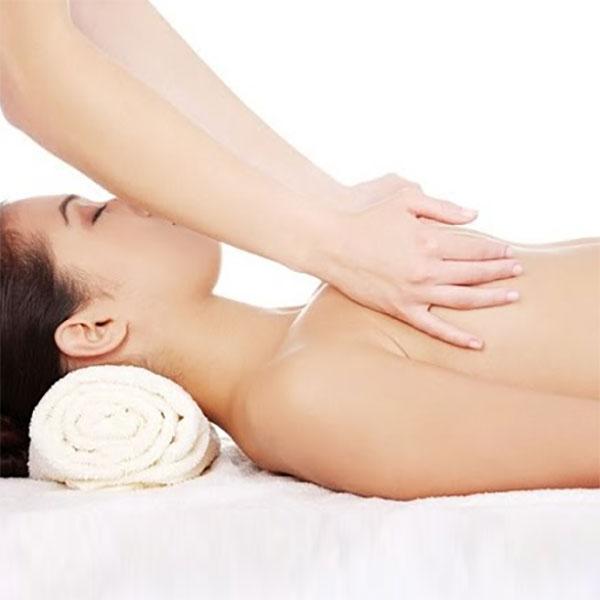 Massage cho bầu ngực mềm ra, thông tắc tuyến sữa giúp sữa chảy được thông suốt