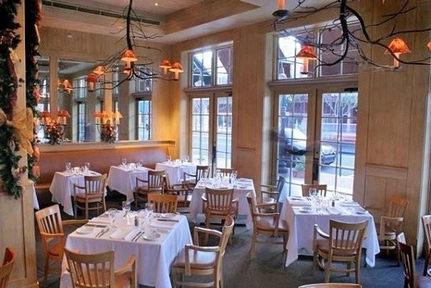 Không gian Jacksons Steakhouse nổi bật trên con phố Hai Bà Trưng
