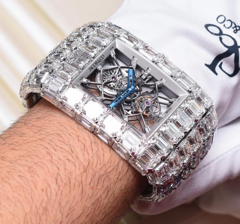 Jacob & Co.Billionaire là chiếc đồng đắt nhất hiện nay với 18 triệu đô la Mỹ. Toàn bộ phần thân và dây được làm từ vàng trắng, toàn bộ bề mặt được phủ bằng kim cương, thiết kế lộ cơ giúp bạn quan sát được hoạt động phức tạp có trật tự của chiếc đồng hồ đắt đỏ này.
