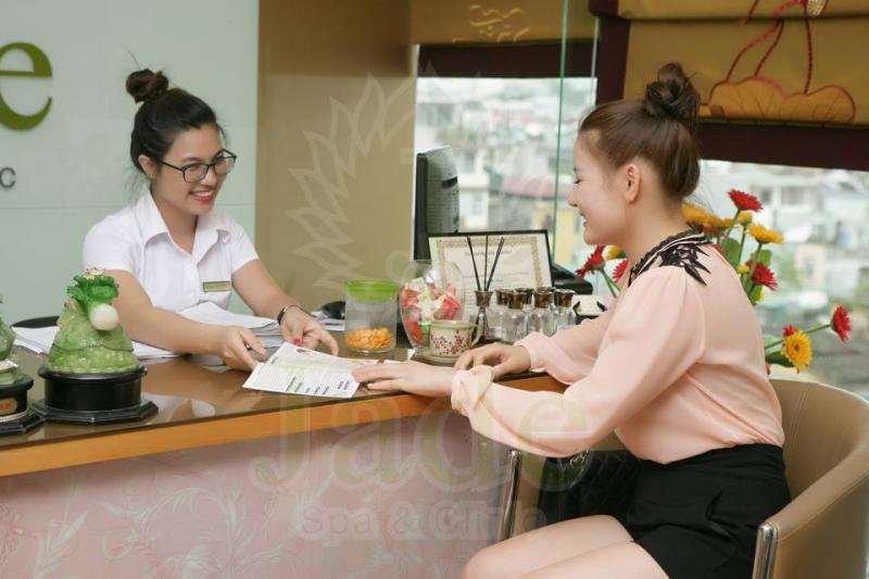 Nhân viên của TMV Jade tư vấn cho khách hàng