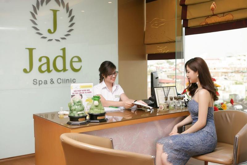 Tư vấn liệu trình cho khách hàng tại Jade Spa