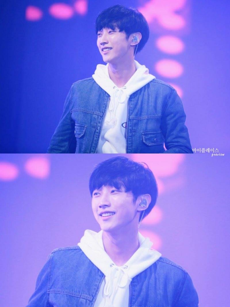 Jin Young gây dấu ấn trong lòng fan bởi gương mặt điển trai và nụ cười ấm áp.