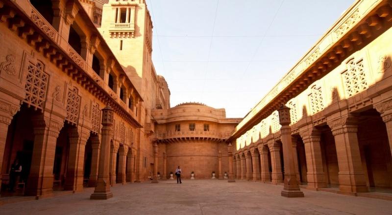 Bên ngoài cung điện Umaid Bhawan