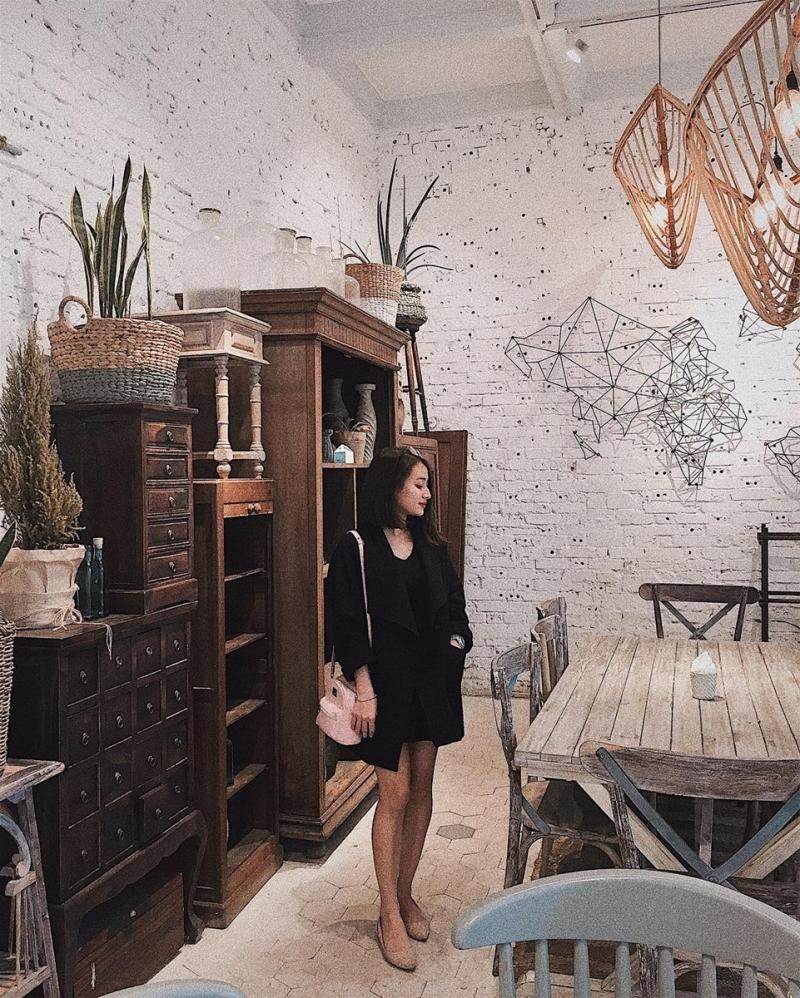 Bên trong quán nổi bật lối thiết kế ấm cúng và gần gũi