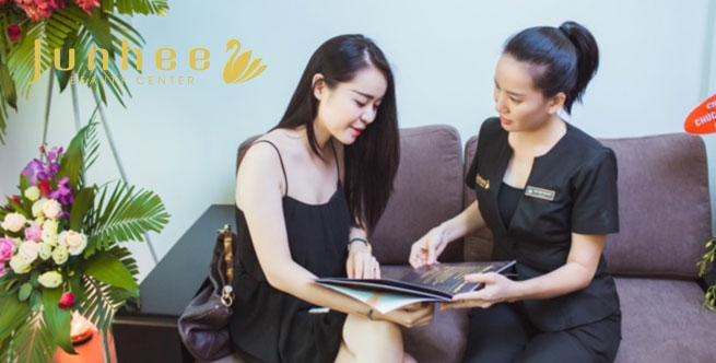 Nhân viên tại Junhee Beauty Center tư vấn cho khách hàng.