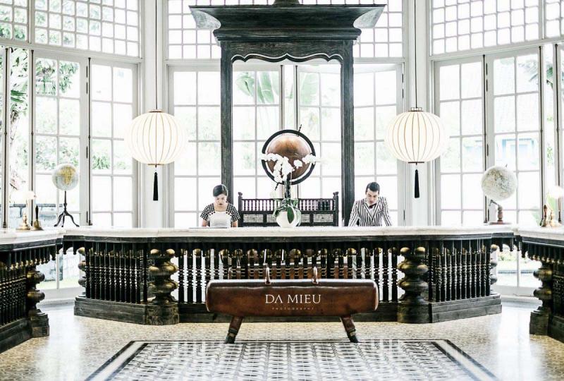 Quầy lễ tân đầy sang trọng của khách sạn nổi tiếng nhất Việt Nam