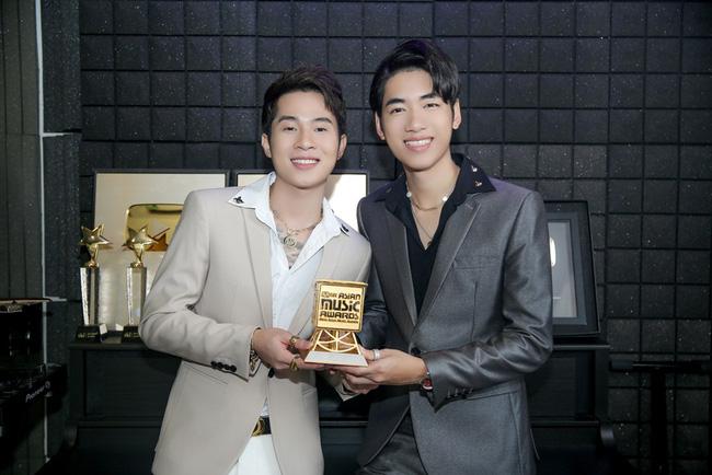K-ICM và Jack khoảnh khắc vui mừng khi nhận được giải.