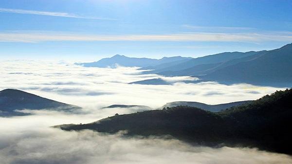 Mây ở Ka Lăng phủ kín cả một không gian rộng lớn, lững lờ trôi trước mắt.