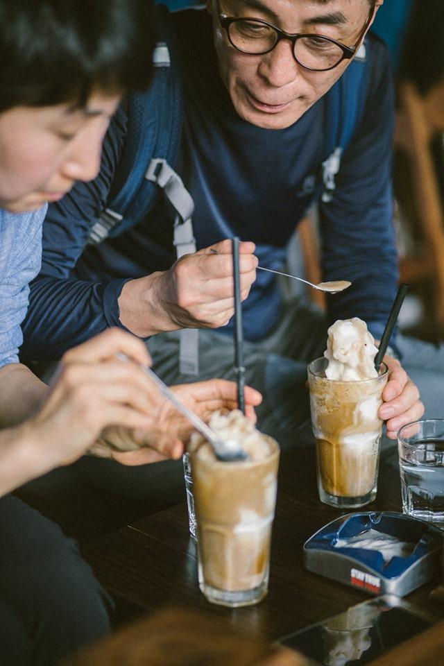 Cùng nhau thưởng thức cafe cốt dừa.